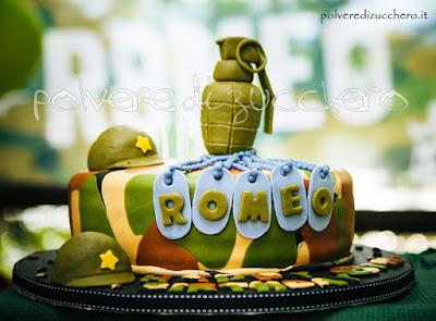 torta militare con armi in pasta di zucchero: bomba a mano, elmetti e piastrine dell'esercito