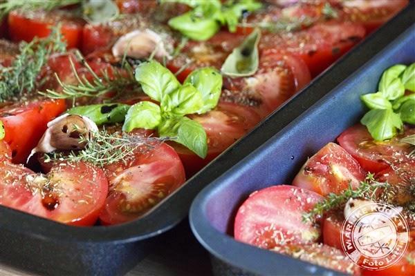 witte asperges in bladerdeeg met tomatensaus