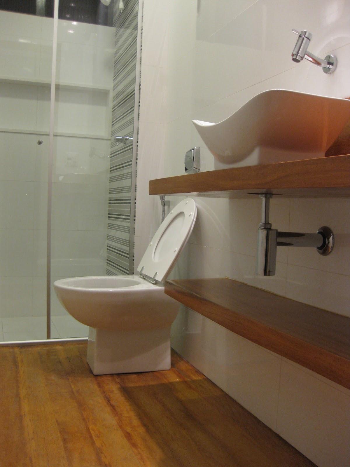 Para levar a natureza para dentro do banheiro de 7 m² a arquiteta  #68462A 1200x1600 Banheiro Com Piso De Porcelanato Madeira
