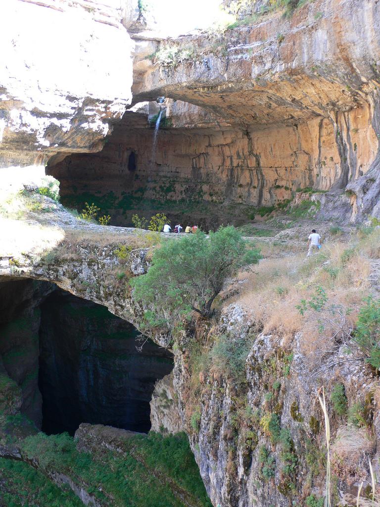 jurang jembatan tiga air terjun yang jatuh di mountain trail lebanon