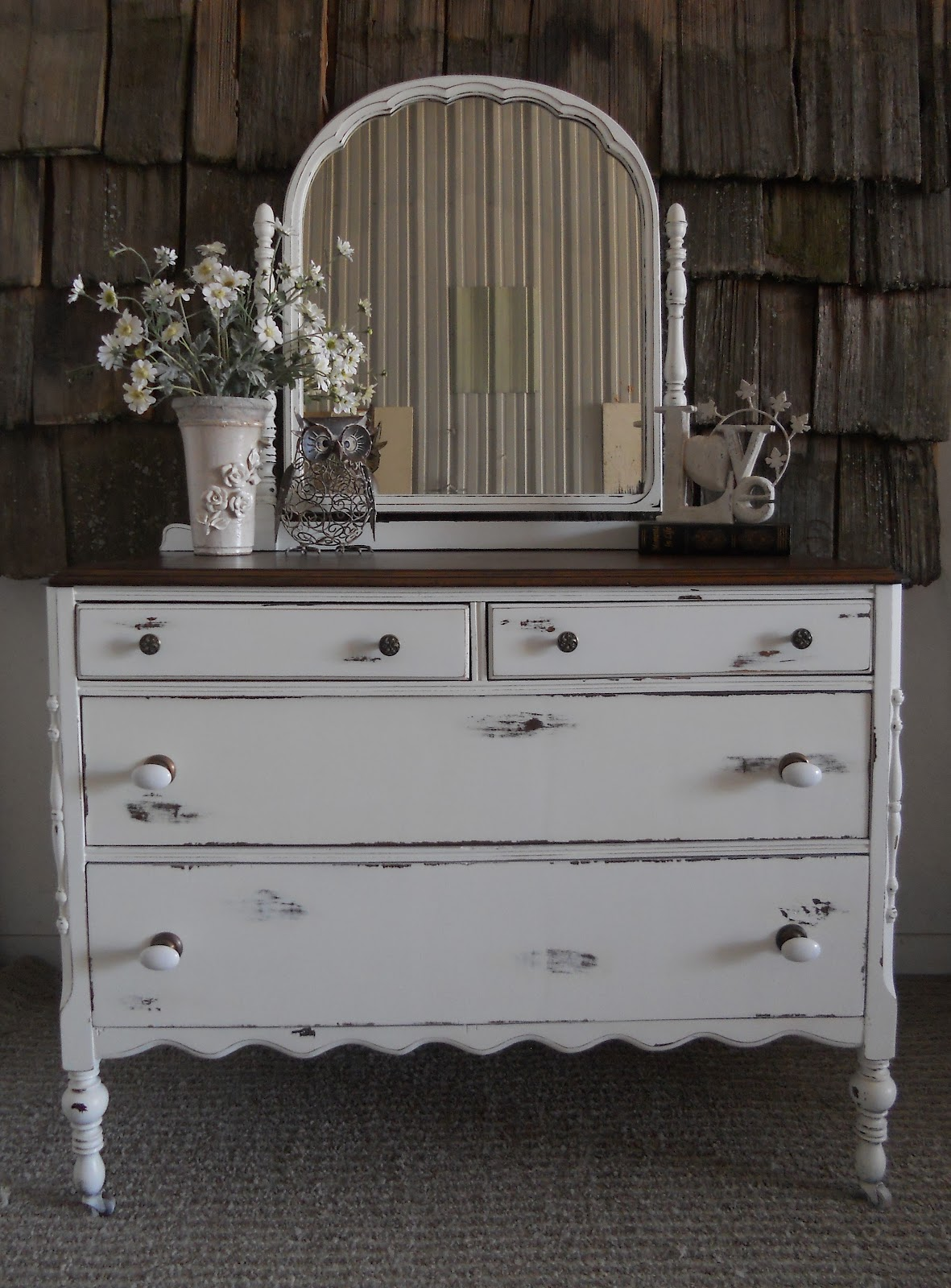 createinspire scalloped antique dresser. Black Bedroom Furniture Sets. Home Design Ideas