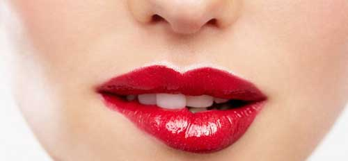 chica mordiendose los labios