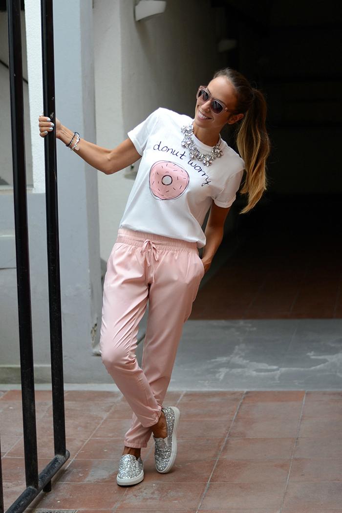 pantaloni rosa outfit