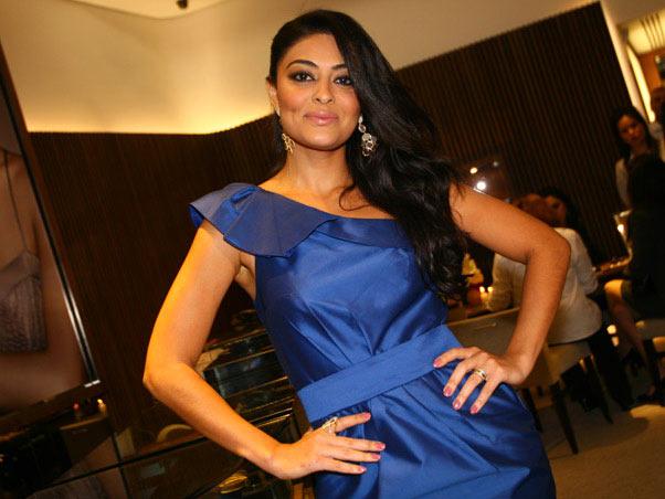 Vestido azul combina com qual esmalte