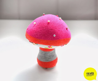 http://craftschmaft.com/2013/11/15/mushroom-pin-cushion-tutorial/
