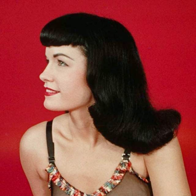 The lush black hair with bangs Bettie Page, one of the most famous models of the 1950s, the distinction between the other models of its time and still inspires thousands of girls.