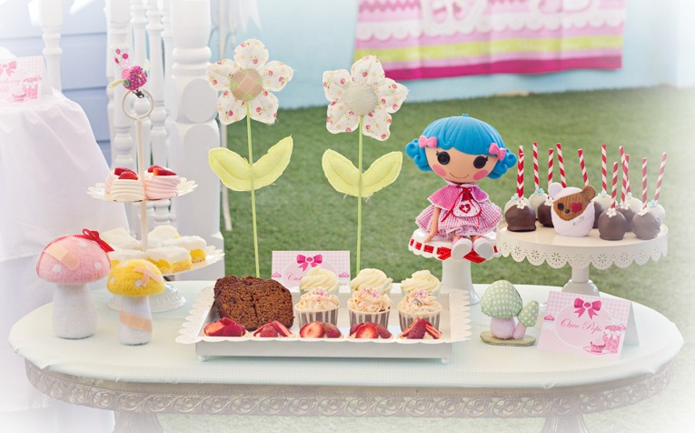 Rosy had been busy bandaging up her garden on our assorted cakes ...