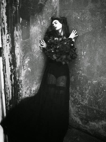 Anne-Hathaway-Gothic-Fashion-3
