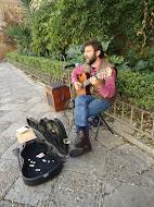 Cantando a la entrada del barrio de Santa Cruz.