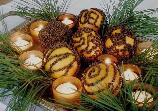 Dekoracja świąteczna z gałązek i pomarańczy