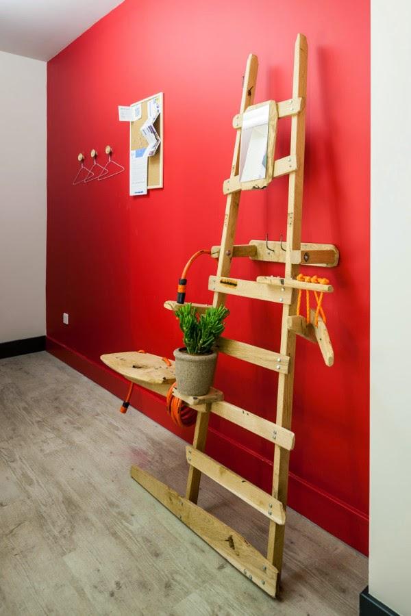 Leichter Selbermachen-Tipp fürs Gartenhaus: Handtuchhalter aus Holzleiter mit integriertem Waschbecken