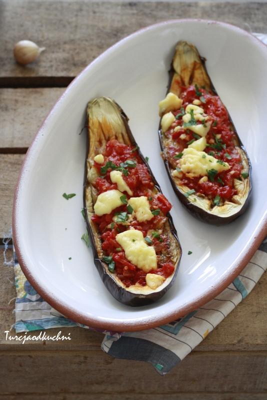 Bakłażan z pomidorami i serem