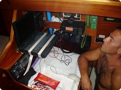 vida a bordo, consultando el parte meteorológico por radio