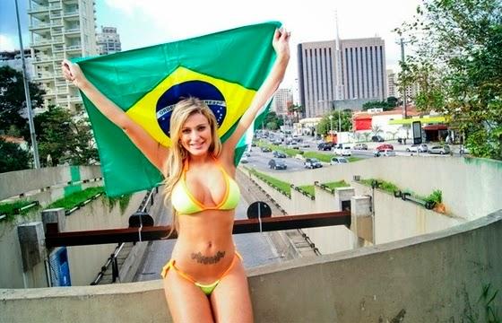 Andressa Urach nas cores da Seleção Brasileira de Futebol