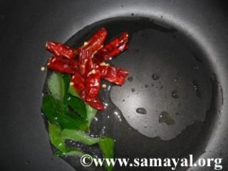 கடாயில் எண்ணெய் விட்டு வரமிளகாய் மற்றும் கறிவேப்பிலை தாளிக்கவும்.