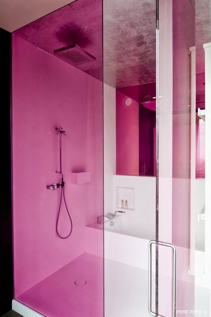 Pink shower glass in Window House by LADAA in Valencia