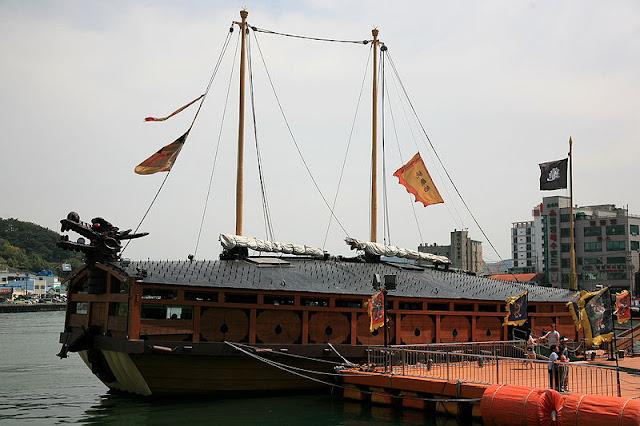 Gambar Kapal Layar Kura-Kura sedang menepi