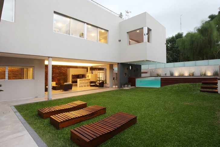 Wooden beds in the backyard of Modern Villa Devoto by Andres Remy Architects