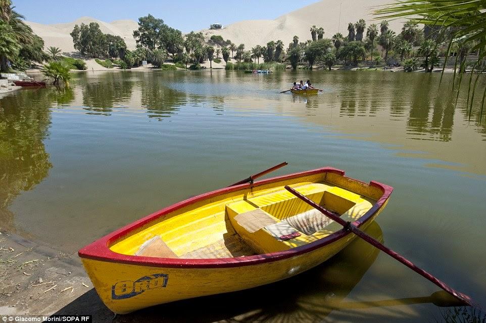 قارب في بحيرة المنتجع