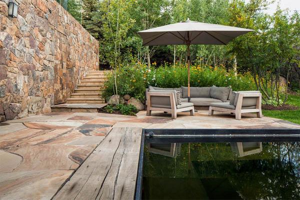 piscina y muebles de terraza tonos neutros