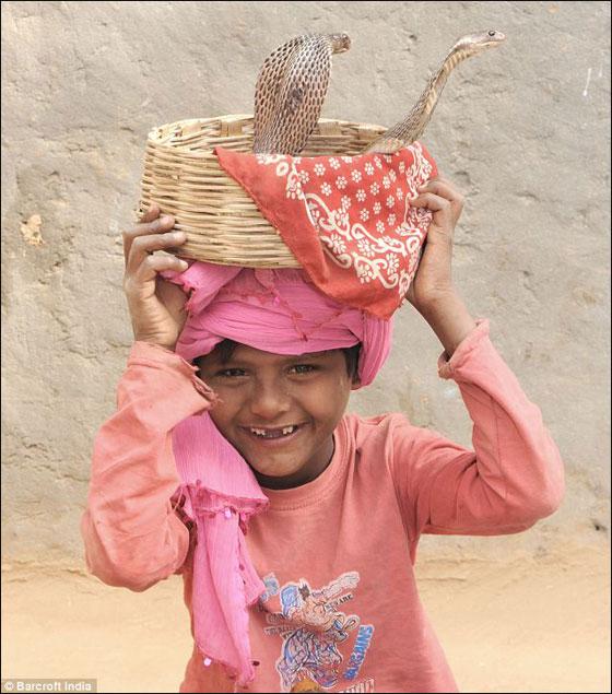 اطفال يرقصون مع الحيات والثعابين