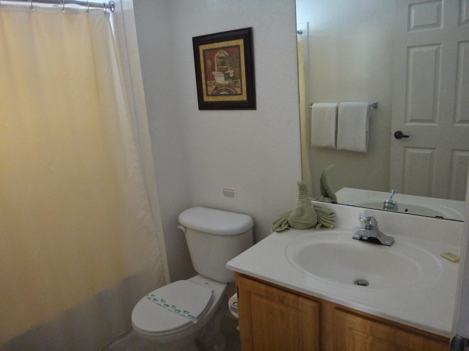 Banheiro para os quartos de solteiro com banheira e secador de cabelo #5D462F 1600x1200 Banheiro Com Banheira E Closet