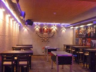 Рок Бар RockIT - игрална зала с лого релеф на стената