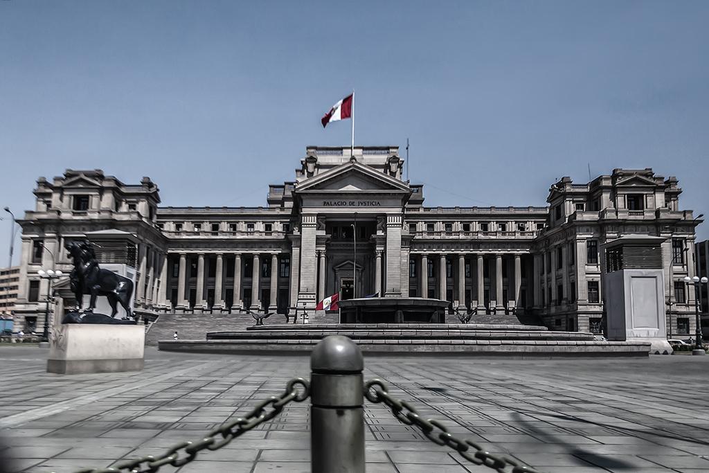 Vista frontal del Palacio de Justicia de Lima, Perú