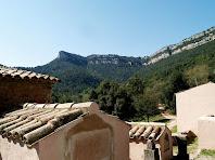 Tombes medievals a Sant Pere de Valldeneu i els Castellets al seu darrere
