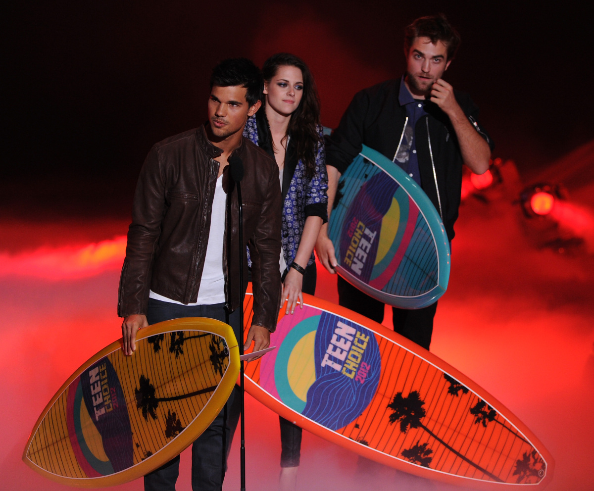 http://3.bp.blogspot.com/-e6qXMW_auWI/UA1rBWiY5XI/AAAAAAAADo4/ftdIg-WNbxM/s1600/Taylor+Lautner+and+Robert+Pattinson+at+Teen+Choice+Awards+2012.jpg