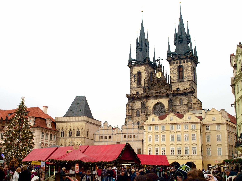 Iglesia de Tyn y mercado en Staroměstské náměstí