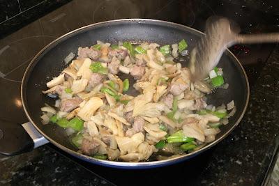 Preparación de arroz con setas y carne