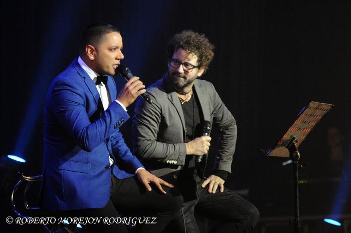 Los cantantes Alain Daniel (I) y  Raúl Paz (D),  durante el lanzamiento del disco La Otra Esquina de Paz, en el Teatro Karl Marx, en La Habana, Cuba, el 28 de febrero de 2015.