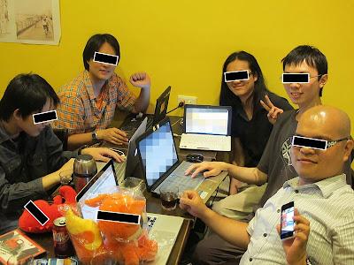 台北維基人聚會合照,出席者與桌上布偶的眼睛被黑條遮蓋,螢幕打上馬賽克