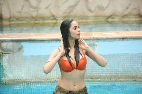 Mallika Sherawat in bikini 2- Double Dhamaal