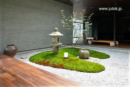 Jardín japonés en el centro de una residencia en Japón