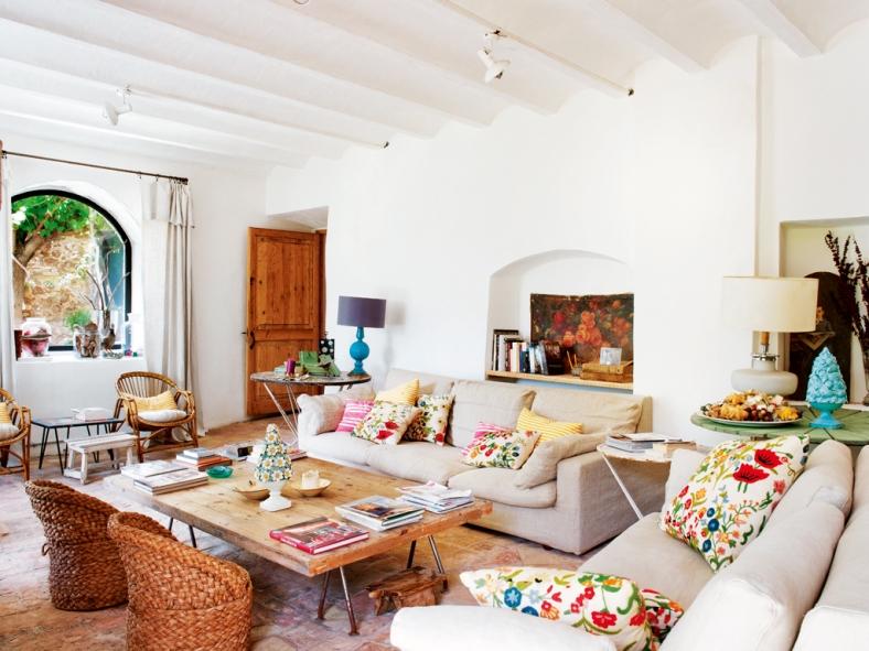 cojines de flores en el sofa