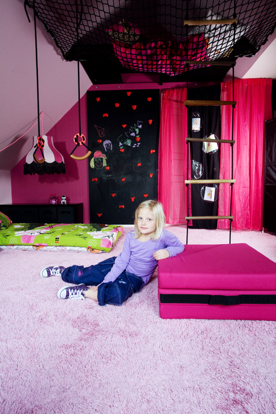 The boo and the boy super cool girls 39 room from dos family - Awesome bedrooms for teenage girls ...