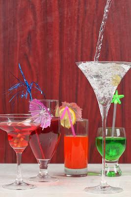 Bebidas fermentadas são menos calóricas que as destiladas. Aprenda a fazer drinques com menos calorias no blog Emagrecerpara...
