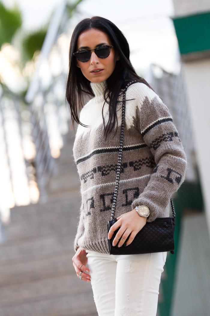 Estilismo jersey de lana colores neutros con pantalones blancos Meltin' Pot y gafas de sol Bottega Veneta de Solextrem withorwithoutshoes