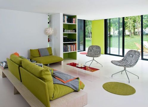 Farbenfrohe Einrichtung in weiß geradlinigem Haus