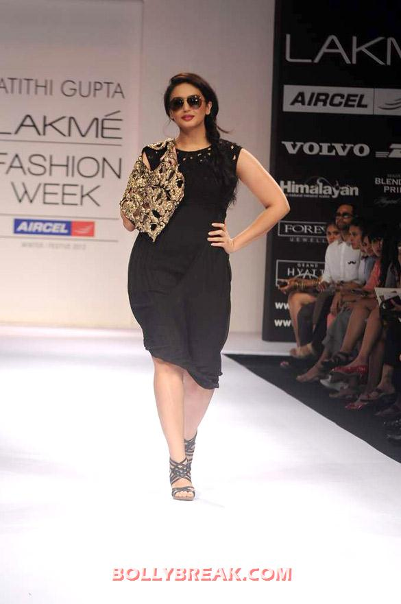 , Huma Qureshi For Atithi Gupta's Show At Lakme Fashion Week 2012