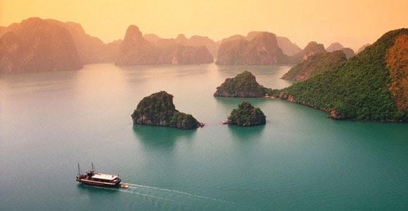 La calma sobre las aguas alrededor de Halong Bay