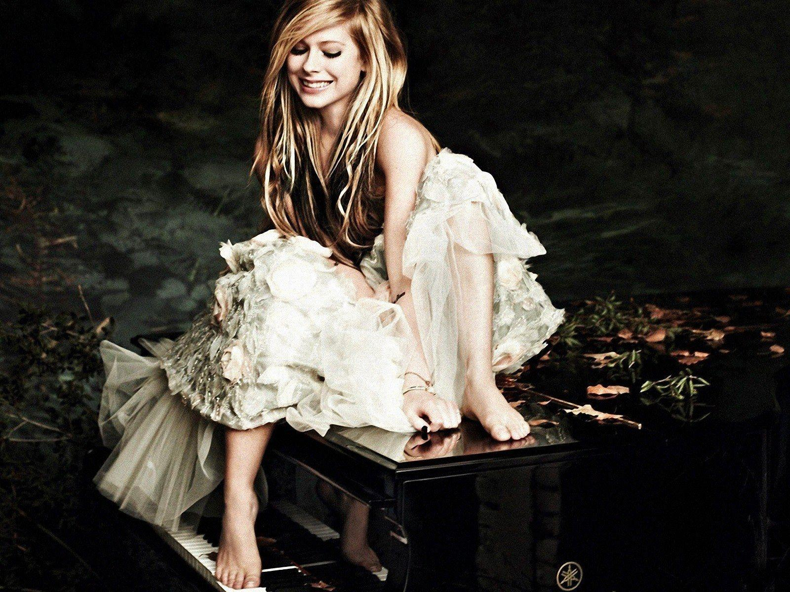 http://3.bp.blogspot.com/-eA-nqrfwkYY/TyFq3apGZrI/AAAAAAAACDU/RY3W8-mU7cQ/s1600/Avril-Lavigne-Wallpapers-For-Mac-1.jpg