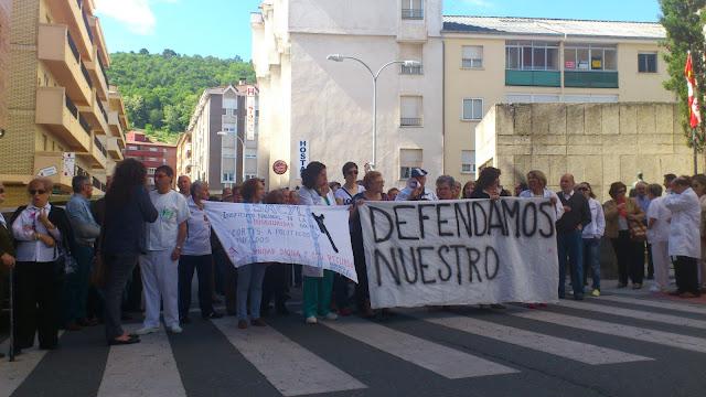 manifestatntes a las puertas del hospital