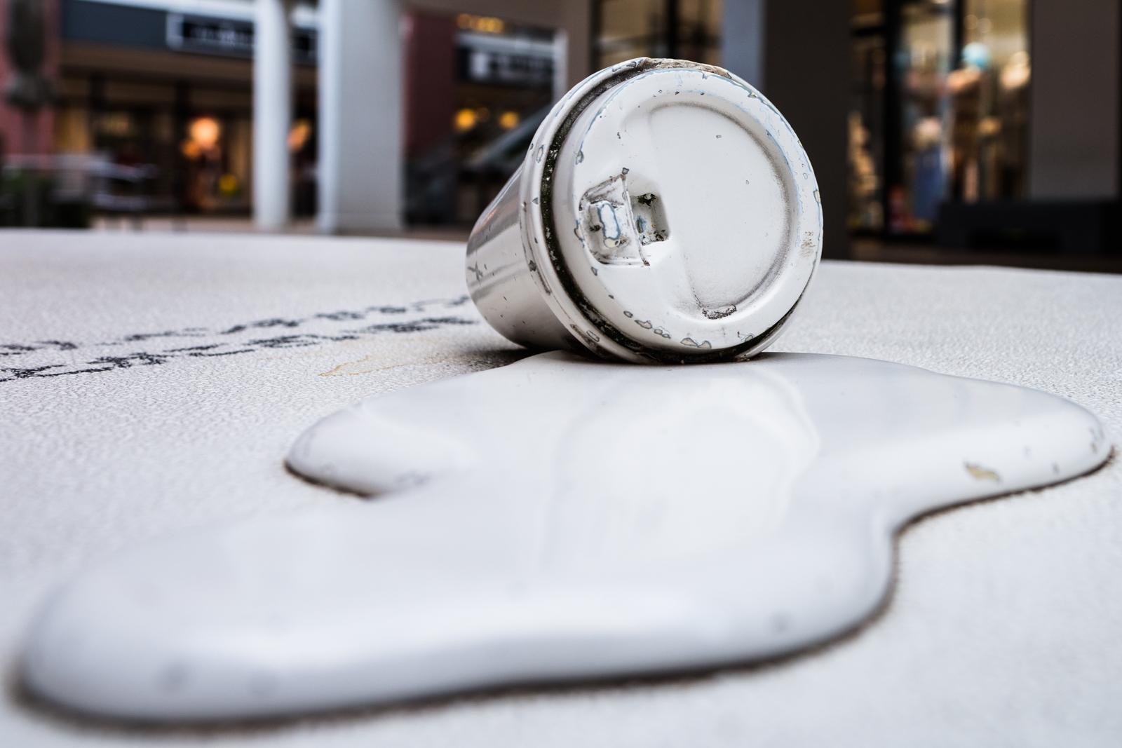三井アウトレットパーク入間のこぼれたジュースの飾りが付いたベンチの写真