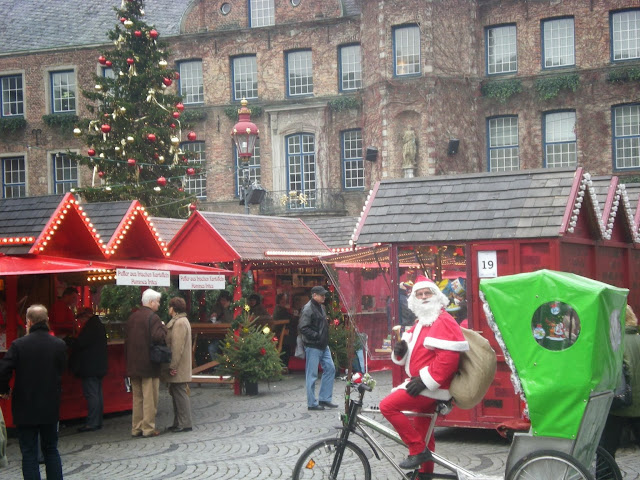 "Santa on his ""sleigh"" in  Düsseldorf"
