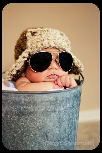 Foto gambar bayi lucu memakai kacamata