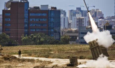 Iron Dome Israel melepaskan tembakan untuk menangkal gempuran roket-roket Gaza