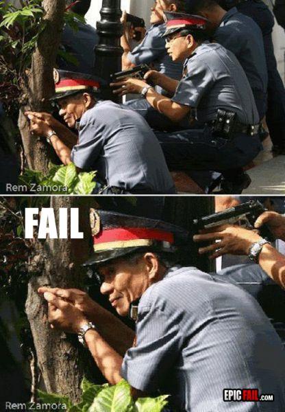 Polisi Lagi Pura-Pura Pegang Pistol, Lucu atau Eror Gan